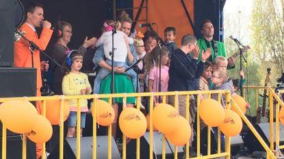 Kinderen ravotten in buitenpretpark