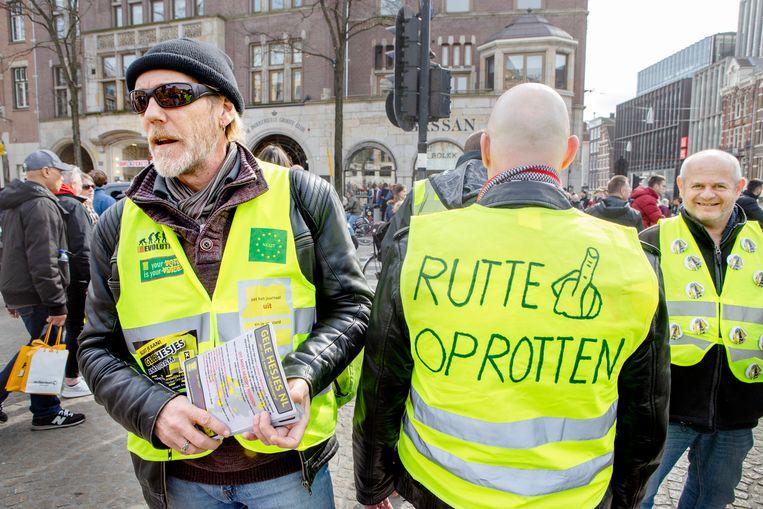 Gele hesjes tijdens de anti-racisme demonstratie op 23 maart 2019 in Amsterdam. Links op de foto staat de woordvoerder van de gele hesjes: Miquel Engelen. Beeld Pauline Niks