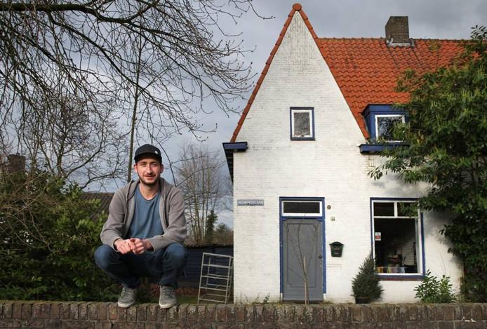 Dave Hakkens voor zijn huis in Helmond. Foto Kees Martens