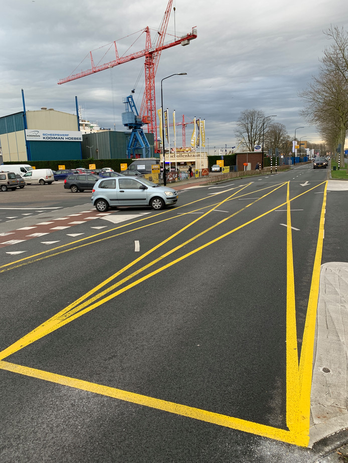 Bij de supermarkten langs de Merwedestraat is een kruis op de weg getekend. Gehoopt wordt dat het verkeer deze kruising tijdens de drukte niet verspert en de supermarkten bereikbaar blijven.