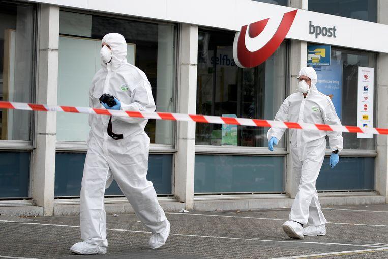 Technische rechercheurs doen onderzoek na de plofkraak in het Belgische Lommel van vorige nacht. Omwonenden zeggen dat de daders met een 'duidelijk Nederlands accent' spraken.