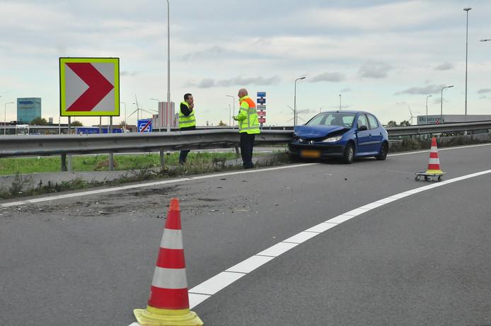 Auto knalt tegen vangrail op A59 bij Waalwijk.