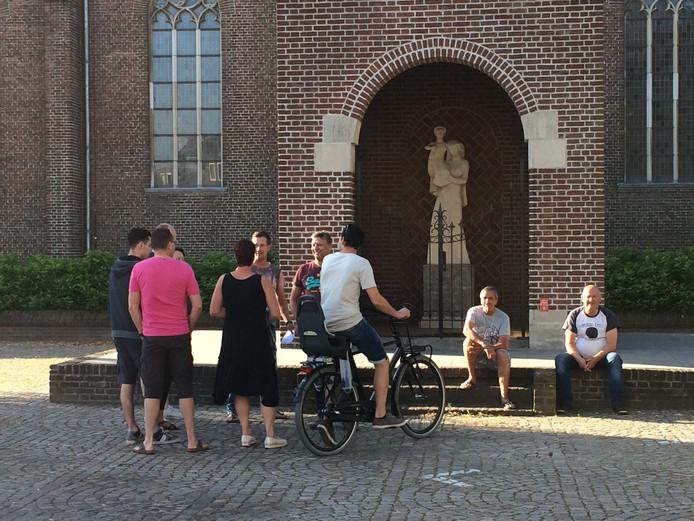 Voorstanders van de kermis in het centrum verzamelen zich bij de Maria-kapel voordat ze de raadzaal binnengaan.