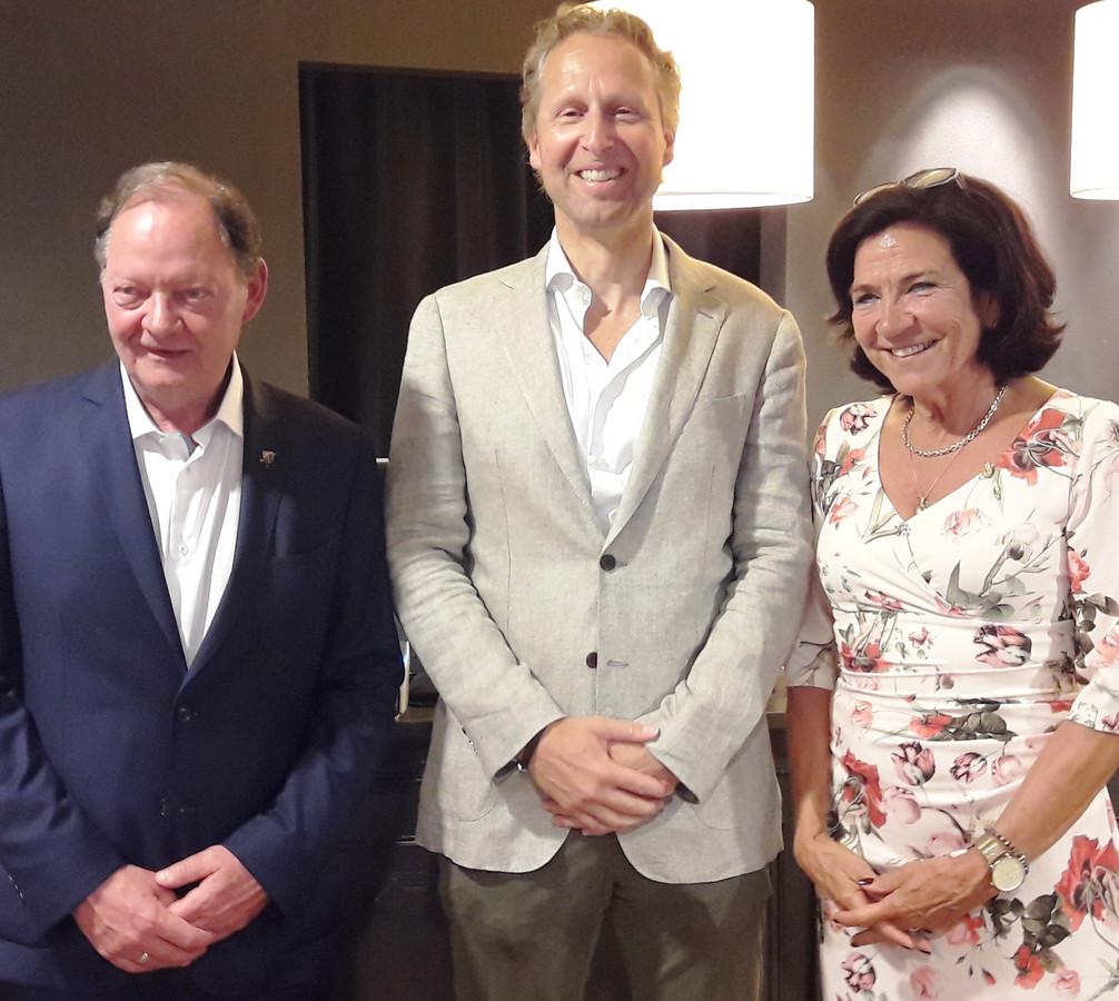 Rob Campbell (links) met zijn opvolger Mieke van de Akker. Van de Akker werd op haar beurt opgevolgd door Rob Almering (midden).