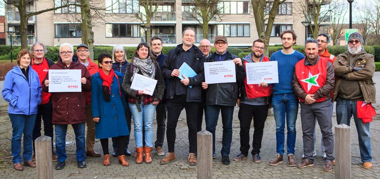 Leden van PVDA, met in het midden voorzitter Ward Coenegrachts, en buurtbewoners gingen maandagavond naar de burgemeester om hun petitie te overhandigen.