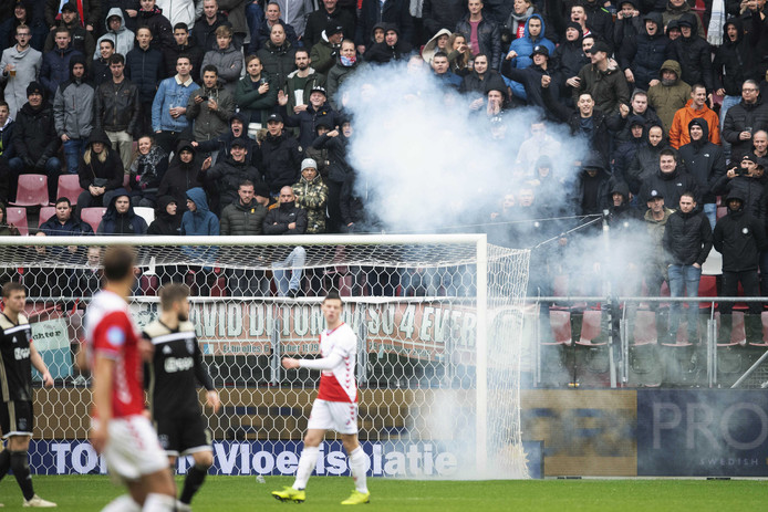 Spelers worden opgeschrikt door de knal bij het doel van Andre Onana van Ajax.