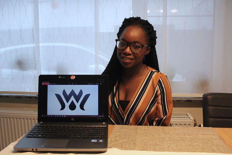 Alice Kibale met het logo van Wakati.