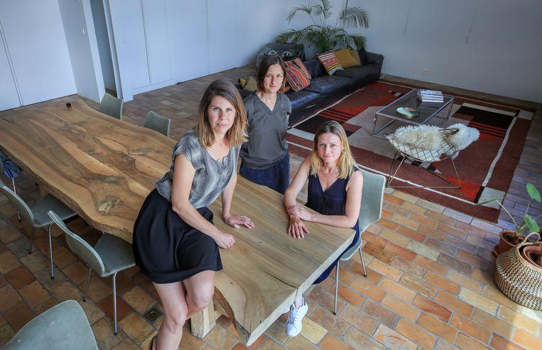 Eveline Vanassche (39) uit Wevelgem, Efie De Grande (40) uit Kortrijk en Debbie De Brauwer (39) uit Deerlijk van Studio Scott in een van de woningen die je op hun website terugvindt