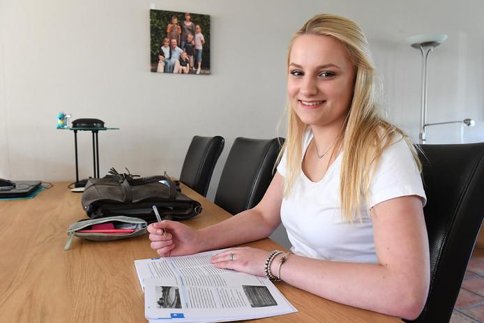 Tyra Vriens doet eindexamen in onder meer Nederlands en Geschiedenis.