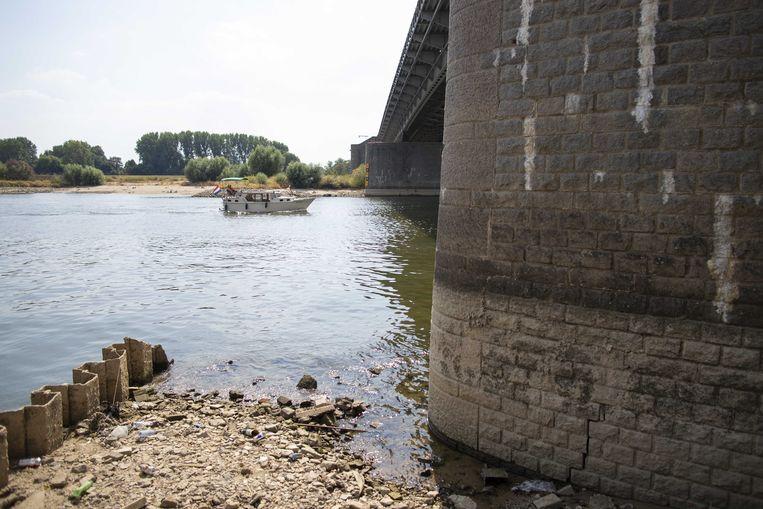 Laag water bij de John Frostbrug in Arnhem.  Beeld ANP