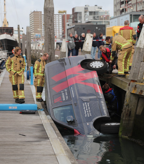 Busje neemt duik in Scheveningse haven