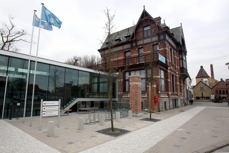 Tijdens de X-mas trail wordt ook door het gemeentehuis van Koekelare gelopen.