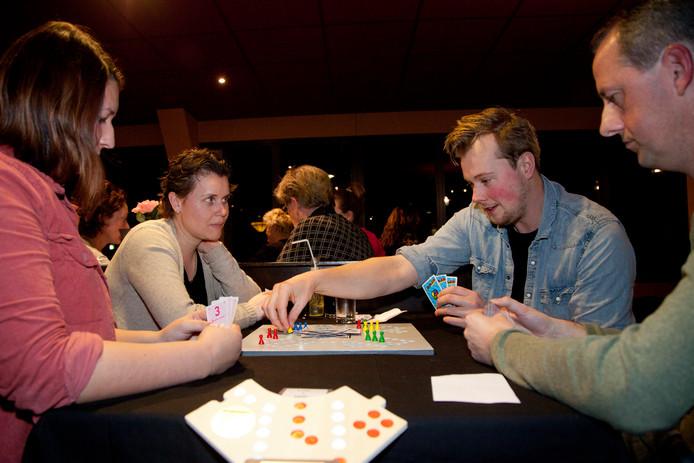 Geconcentreerde blikken tijdens het keez-toernooi in Nieuwkoop.