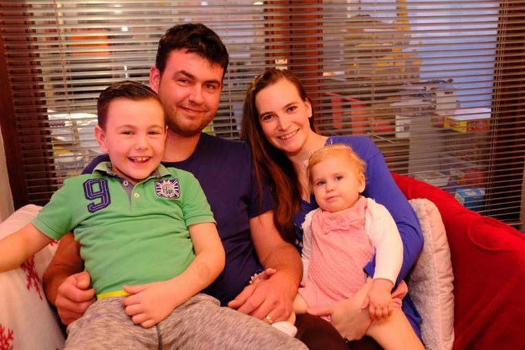 Het gezin Swaelens-Ballegeer, met zoontje Siebe, papa Seppe, mama Britt en baby Mia.