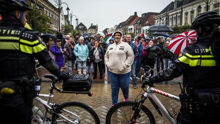 Voorstanders en tegenstanders van een azc in het Brabantse Steenbergen ontmoeten elkaar op de markt in Steenbergen. De politie moest eraan te pas komen om voor en tegenstanders uit elkaar te houden. Beeld Freek van den Bergh