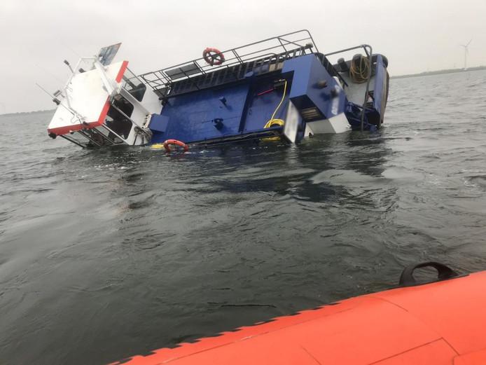 De duwboot kapseisde in het IJsselmeer.