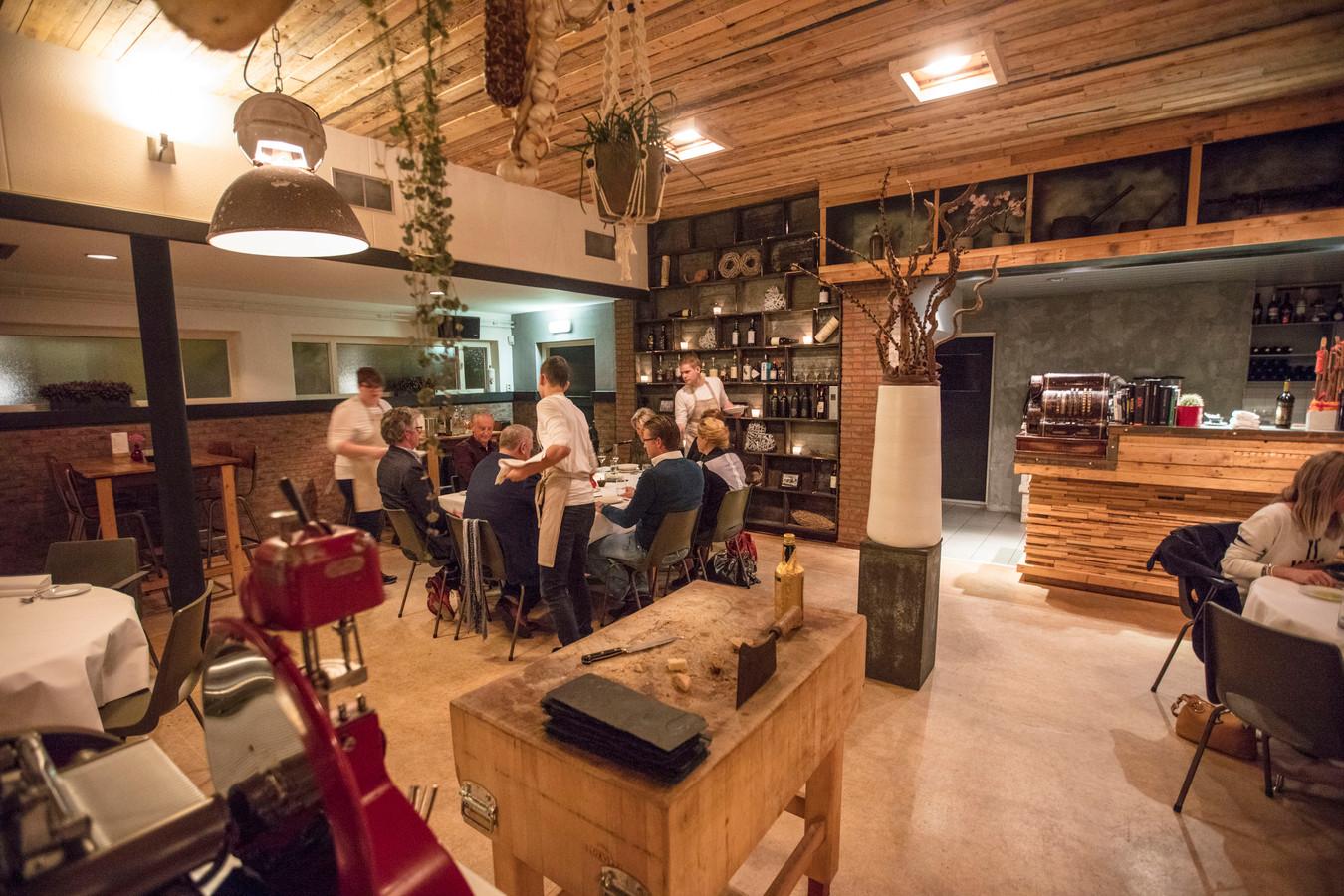 Bij restaurant de Wilg in de Mortel dineer je in een oud schoolgebouw. Met in het midden een groot hakblok.