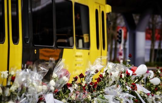 Een tram rijdt langs het 24 Oktoberplein, waar de aanslag op 18 maart plaatsvond. Gökmen Tanis opende het vuur in en bij een tram. Daarbij kwamen vier mensen om het leven.