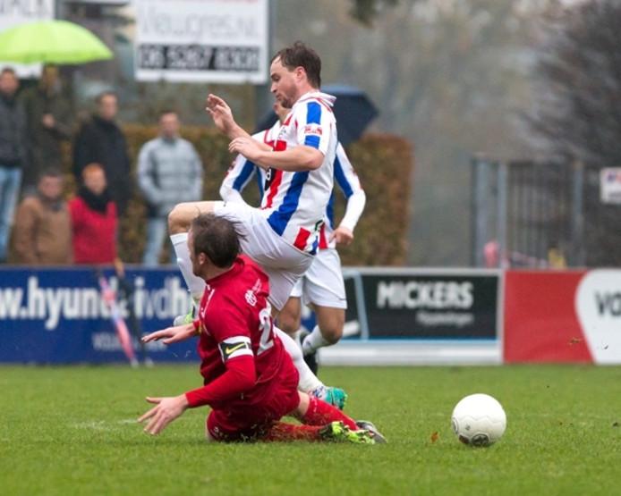 Sam Wassenberg (UDI'19) wordt gestuit door Jorrit Ritzen (JVC Cuijk, op de grond).