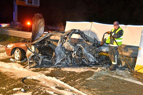 De wagen kwam tot stilstand tegen de vangrail en vatte bijna onmiddellijk vuur.