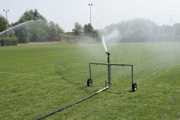 Het besproeien van sportvelden en landbouwgronden met water uit beken en rivieren is verboden.