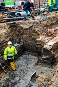 Bijzondere ontdekking bij vernieuwen van riool in Alphen: waar komt deze (eeuwenoude?) muur vandaan?