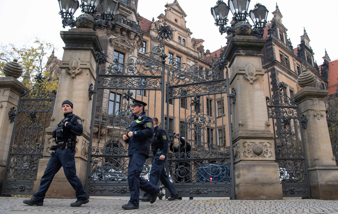 Agenten verlaten het Residenzschloss in de Duitse plaats Dresden.