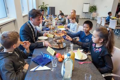 Leerlingen ontbijten met de burgemeester: 'Ik krijg in de avond pas echt honger'
