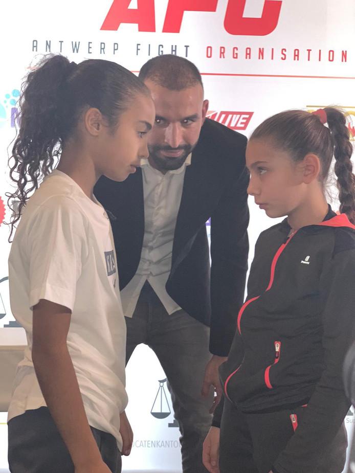 Amira Tahri (links) tegenover haar tegenstandser Shaina Moniek uit Frankrijk.