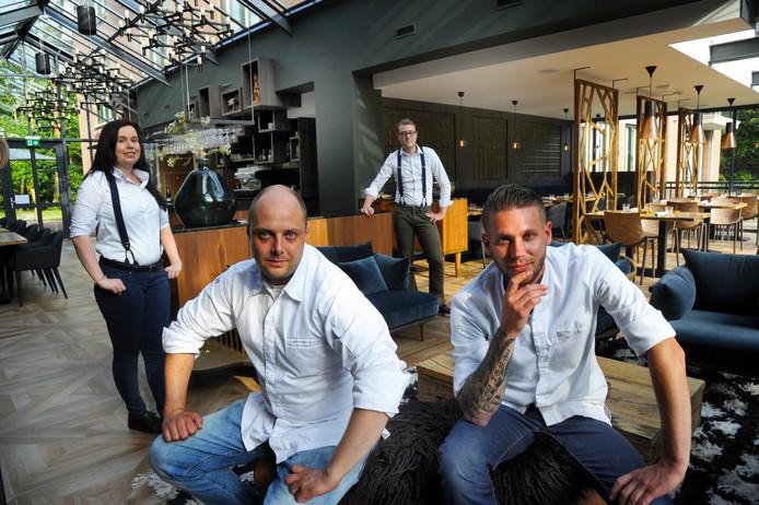 restaurant MEZGER - vlnr Sharon Lijnse - Sander de Jong - midden/-achter Thomas Parlevliet en zittend rechts Jeroen Tanis