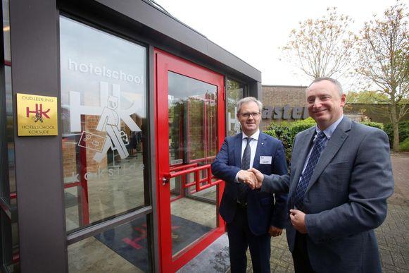 Peter Verbeke van Ter Duinen (links) en Rik Vermeersch van het Sint-Bernarduscollege uit Nieuwpoort slaan de handen in mekaar voor de eerste graad bij de hotelschool.