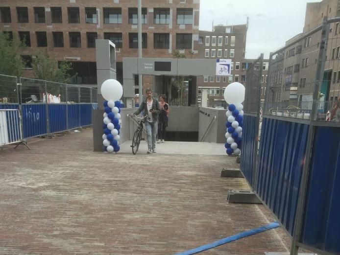 De fietsenstalling aan de centrumkant van het station in Breda is sinds gisteren officieel geopend. Foto Joost Klaverdijk