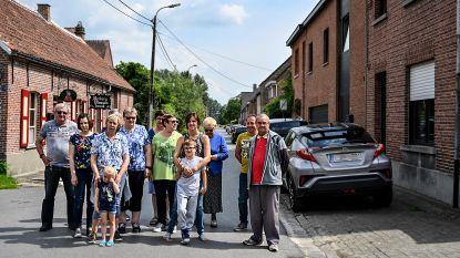 Inwoners Vlassenbroek parkeren al jaren deels op voetpad, maar worden daar nu ineens onverbiddelijk voor op de bon geslingerd