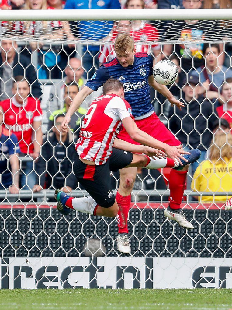 (L-R) Luuk de Jong en Matthijs de Ligt in duel tijdens PSV - Ajax.  Beeld Hollandse Hoogte / VI Images