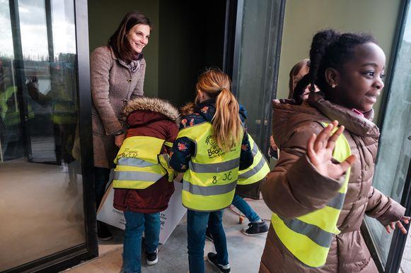 In de nieuwe bibliotheek leverden de kinderen de boeken weer af.