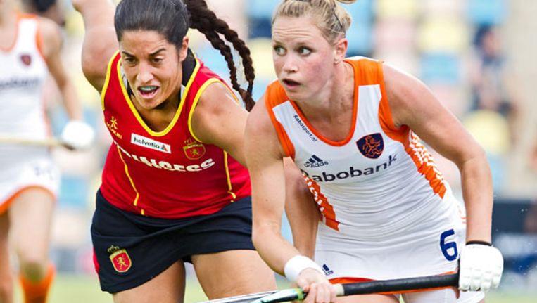Duel tussen Claire Verhage (R) en de Spaanse Marta Prat (L), zondag tijdens de EK-wedstrijd tussen Nederland en Spanje. © ANP Beeld