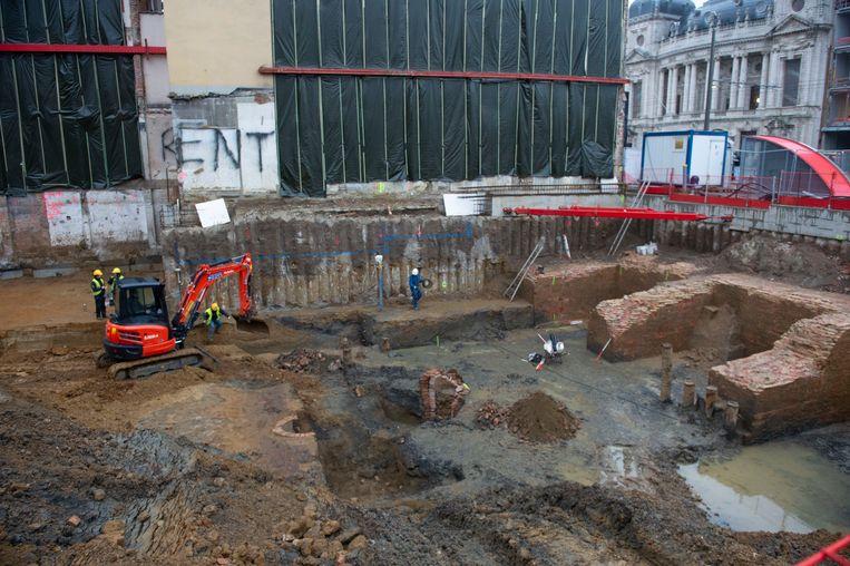 Archeologen onderzoeken restanten van de Spaanse Omwalling op de site vlak naast het Operaplein.