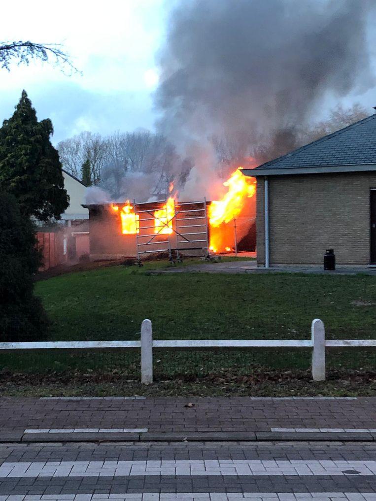De garage ging volledig in vlammen op.