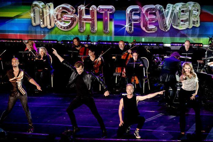 Saturday Night Fever met oa. Javan Hoen, Vajen van den Bosch en Martijn Vogel tijdens de vijftiende editie van de Musical Sing-a-Long tijdens de opnames vanuit het Openluchttheater Cabrio.
