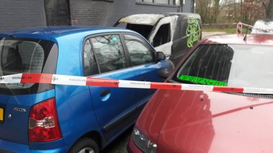 De uitgebrande auto's aan de Pomona in Wageningen, waaronder de rode auto van Jeroen Kipperman.