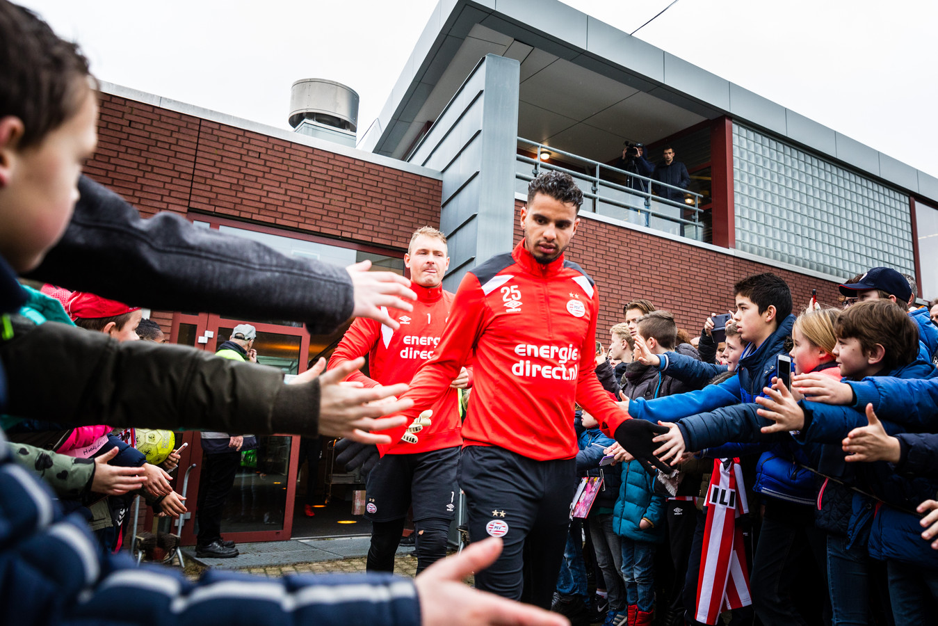 Adam Maher komt het veld op voor de eerste training van PSV dit jaar.