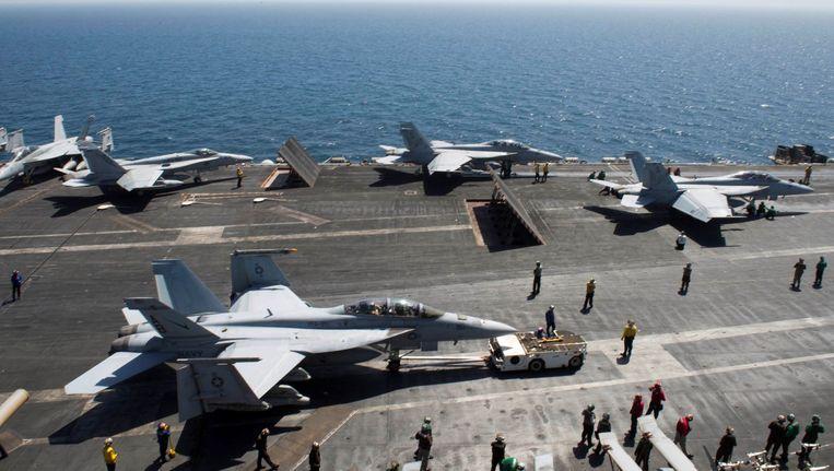 F-18-toestellen van het vliegdekschip USS Theodore Roosevelt maken zich op om op te stijgen.