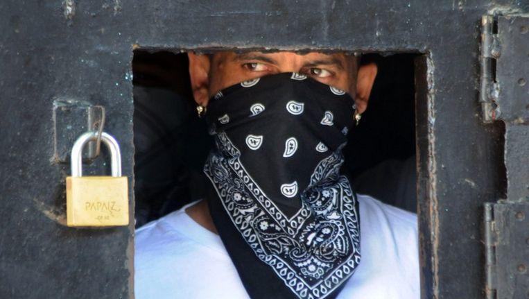 Een bendelid van Mara Salvatrucha in zijn celblok in de gevangenis van San Pedro Sula. Beeld epa