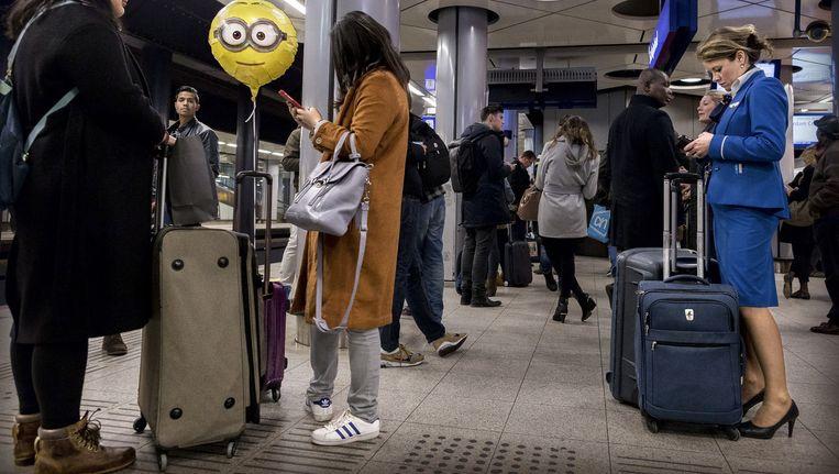 Reizigers op het station van Schiphol. Beeld Rink Hof