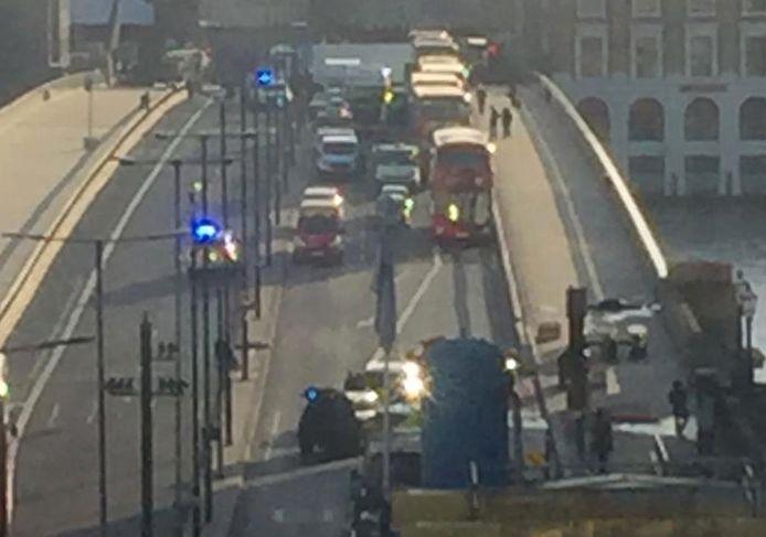 De politie heeft in Londen een man neergeschoten na een steekpartij op de London Bridge. De man ligt rechts aan het begin van de brug.