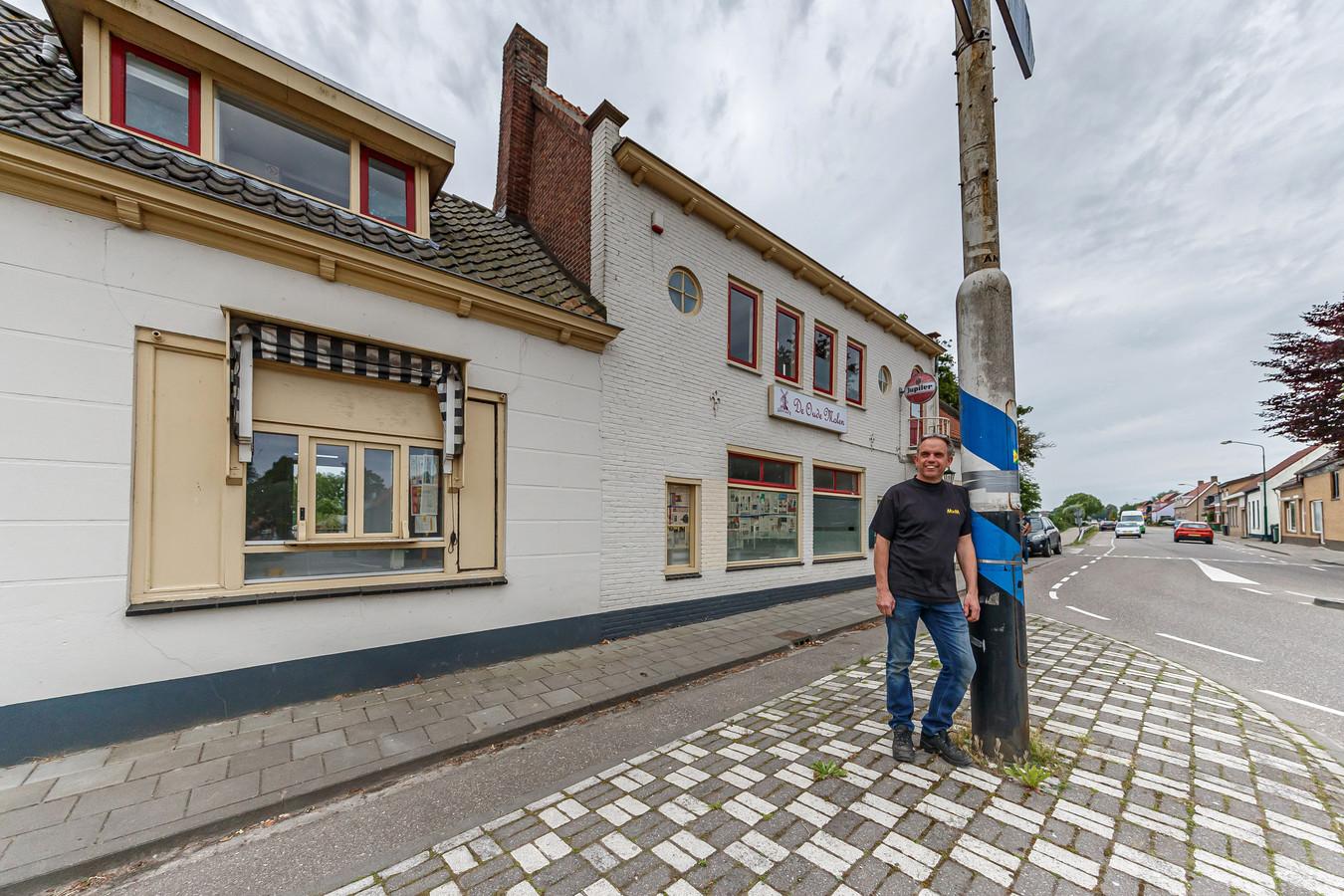 Mick van Slobbe heeft dit pand, voormalig eetcafé De Oude Molen, gekocht. Het wordt verbouwd om er migranten in te vestigen.