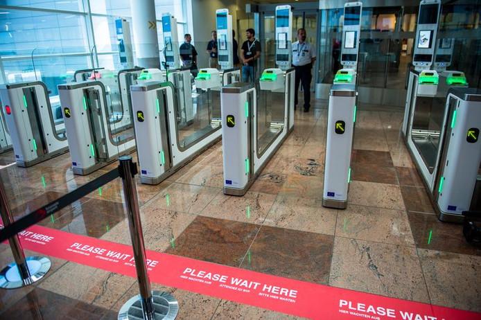 Les portiques comparent la photo du passeport du passager et son visage