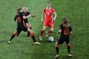 Een Russin omsingeld door drie Leeuwinnen.