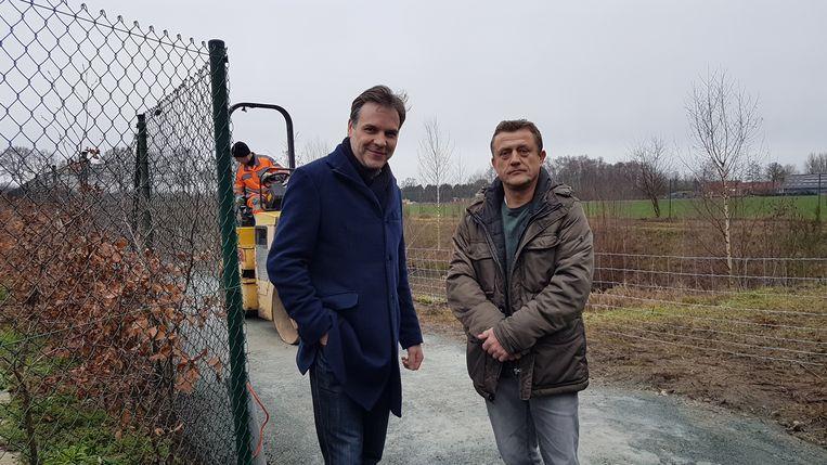 Mike Smeulders en Jan Oerlemans aan het paadje dat momenteel nog volop wordt afgewerkt.