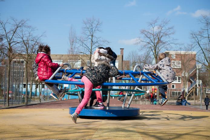Foto ter illustratie. Spelende kinderen in Rotterdam-Delfshaven.